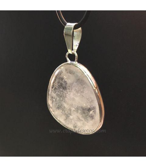 Cuarzo transparente con irisaciones en colgante de plata de ley