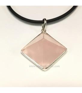 Cuarzo rosa pirámide en colgante de plata de ley