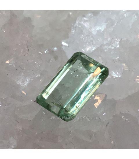 Preciosa gema de Cianita verde facetada