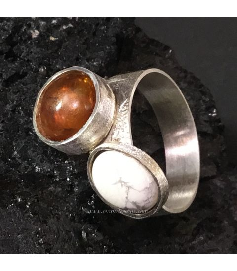 Cabujones de Ámbar y Howlita creando este anillo Yin Yang de plata de ley