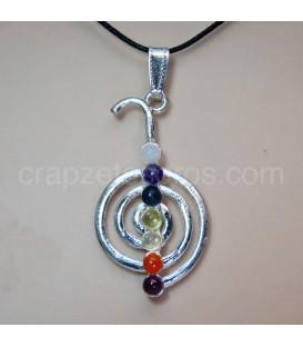 Chukurrei con siete gemas de los chakras en colgante de metal plateado