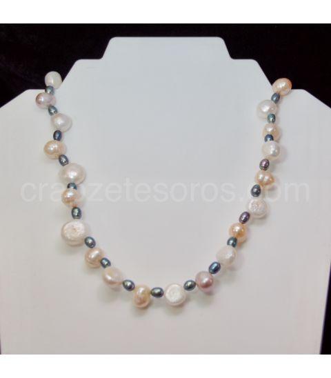 Perlas cultivadas naturales blancas, beig y negras en collar
