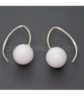 Jade blanco talla esfera en pendientes de pez de plata de ley