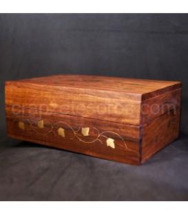 Caja madera de India repujada con motivos florales de metal.