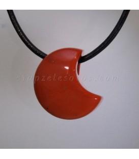 Jaspe rojo en colgante talla luna perforada