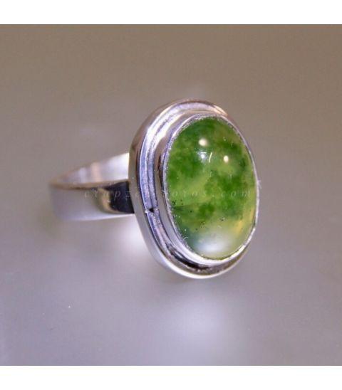 Granate verde en anillo de plata de ley