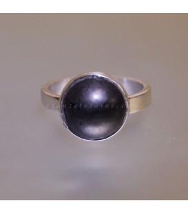 Shungita de Georgia tallada en cabujón sobre anillo exclusivo de plata de ley