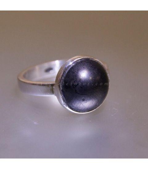 Shungita de Georgia tallada en cabujón sobre anillo de plata de ley