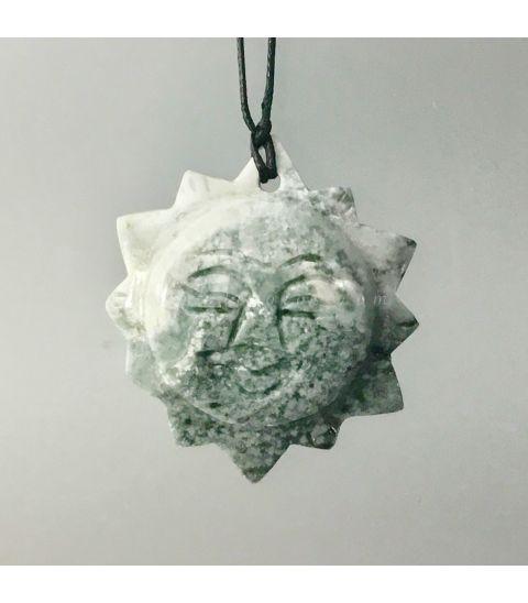 Jade tallado como sol con perforación para colgar.