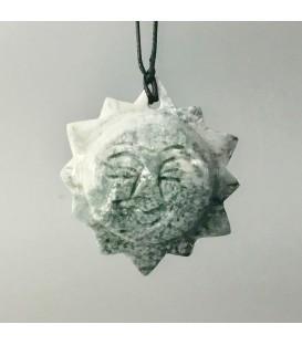 Serpentina tallada como sol con perforación para colgar.