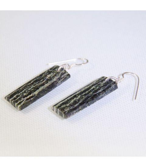 Serpentina tallada y pulida a mano en pendientes de plata de ley