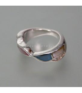 Nácar blanco engastado en anillo de plata de ley.