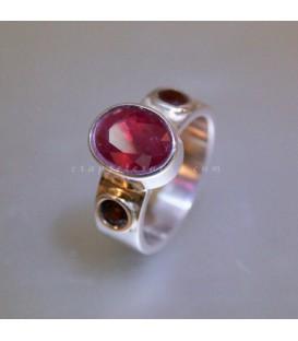 Rubi y pareja de granates en anillo exclusivo de plata de ley