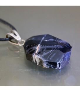 Ónix veteado facetado en colgante de metal plateado