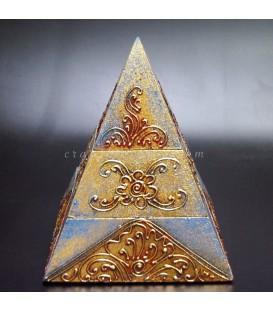 Pirámide artesanal de madera con compartimentos