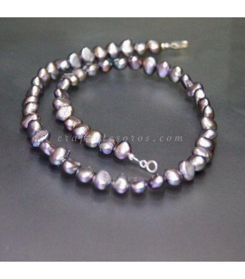Perla natural barroca negra en collar con cierres de plata de ley