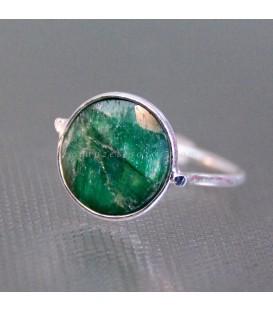 Corindón verde en anillo de plata de ley