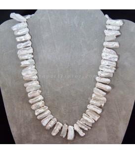 Collar de Perlas planas salvajes montado con nudos y cierres de plata de ley.