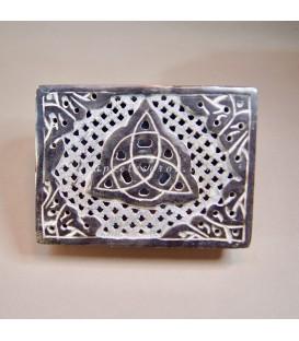 Trisqueta o Trisquel tallado en caja de Esteatita de India