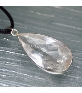Colgante de plata con cuarzo facetado en colgante de metal