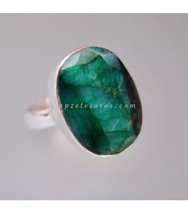 Corindón color esmeralda en anillo de plata de ley