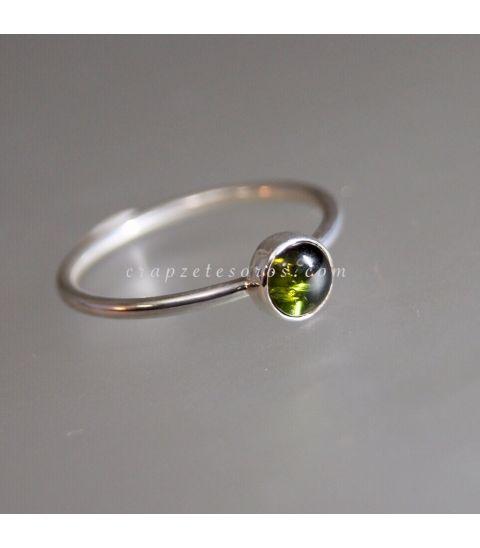 Verdelita o Turmalina verde en anillo de plata de ley