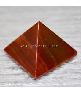 Ágata tallada en pirámide con oquedad natural