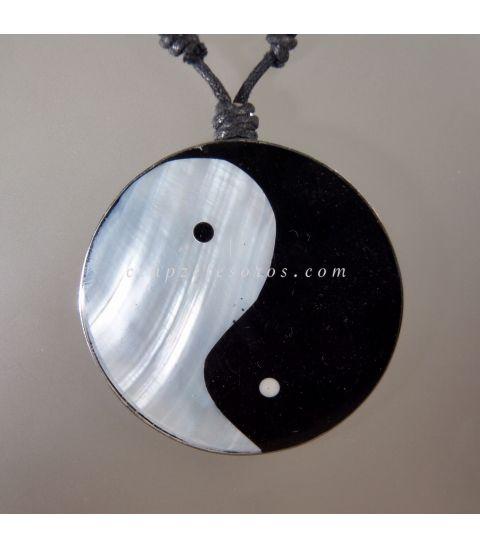 Yin Yang de Nácar en colgante de metal con cordón ajustable