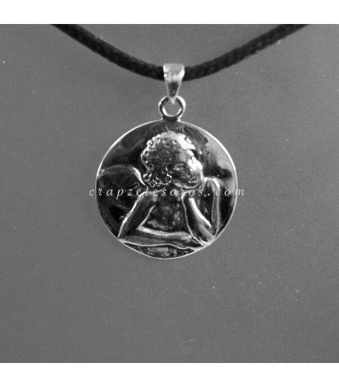 Ángel grabado en medallón de plata de ley.