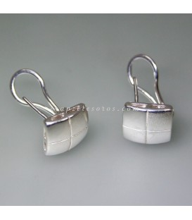 Pendientes de cierre omega y forma romboide de plata de ley