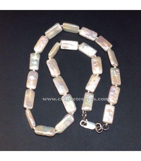 Collar de Perlas planas cultivadas , montadas con nudos y cierres de plata de ley.