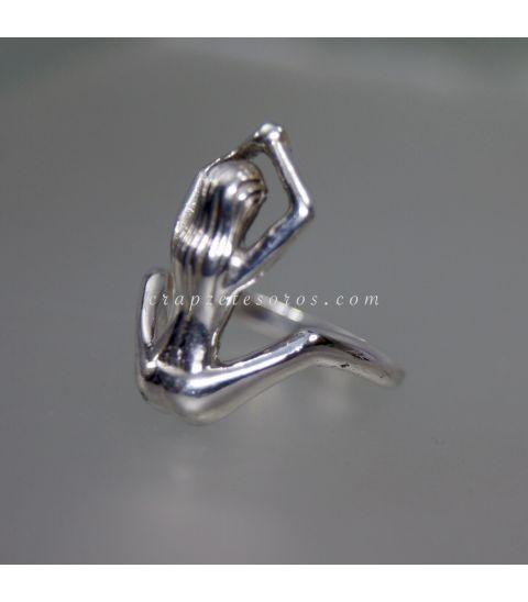 Mujer en anillo realizado en plata de ley