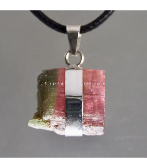 Turmalina bicolor cristal natural de Brasil en colgante de plata de ley.