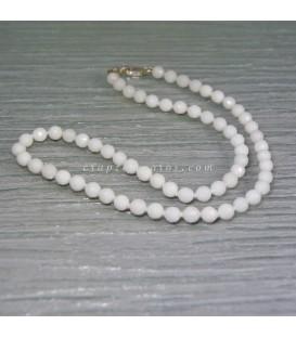 Jade blanco talla esferas facetadas en collar con cierres de plata de ley