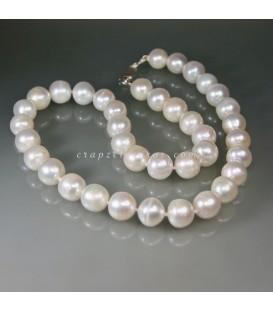 Grandes y raras Perlas esféricas naturales en collar con nudos y cierres de plata de ley
