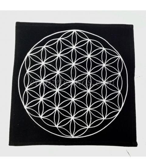 Flor de la vida bordada sobre mantel de terciopelo negro
