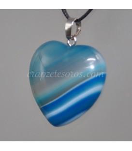 Ágata azul talla corazón en colgante de metal plateado