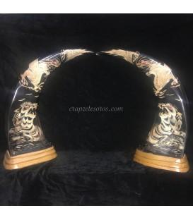 Pareja de astas de Búfalo de 50 cm. de Tailandia repujadas con tigres y dragones en base de madera.