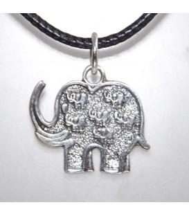 Elefante de plata de ley en colgante con elefantitos grabados.