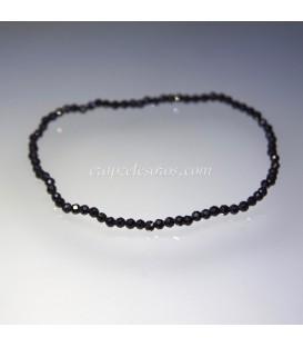Turmalinas negras talla esferita de 2 mm en pulsera elástica