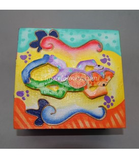 Salamandra en relieve sobre caja de madera de Indonesia