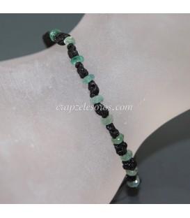 Pequeñas Esmeraldas facetadas en pulsera de macramé ajustable