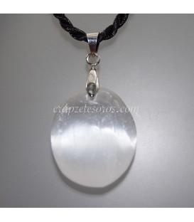Selenita piedra luna en colgante ovalado con metal