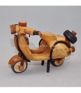 Moto Vespa tallada y montada con piezas de madera