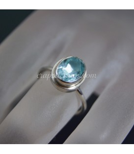 Topacio azul gema de Brasil en anillo de plata de ley