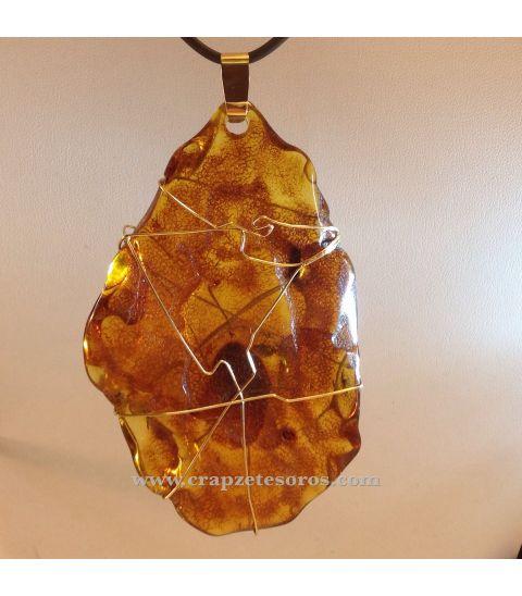 Colgante de Ámbar del Báltico montado en oro de ley.