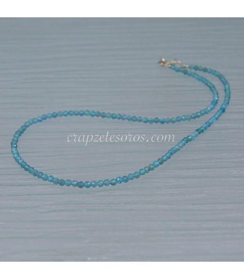 Apatitos facetados de intenso azul de 3 mm en collar de plata de ley
