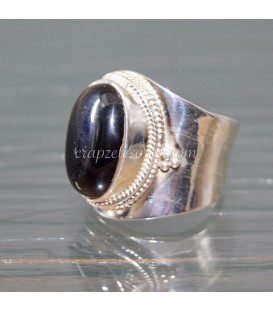 Ónix talla cabujón sobre anillo de marcasitas y flor de plata de ley