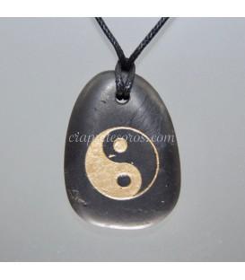 Colgante de Shungita con el símbolo Yi Yang grabado
