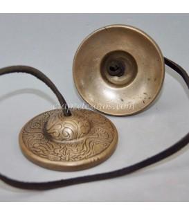 Crótalos o címbalos de Metal de la India decorado con símbolos hindúes , que vibra en la nota Re sostenido
